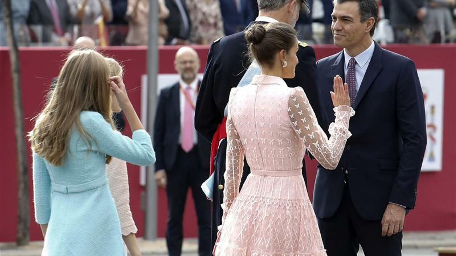 Felip VI i el president del govern espanyol en funcions, Pedro Sánchez, se saluden abans de la desfilada militar