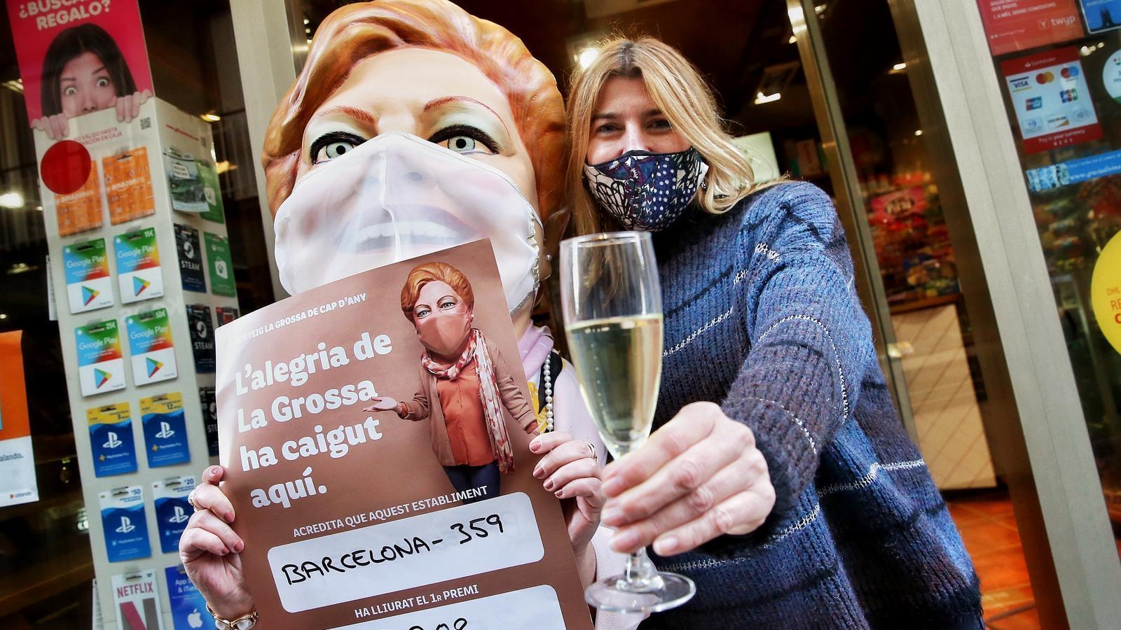 Morata brindant pel premi amb La Grossa, a les portes del seu estanc del carrer Terol, al barri barceloní de Gràcia