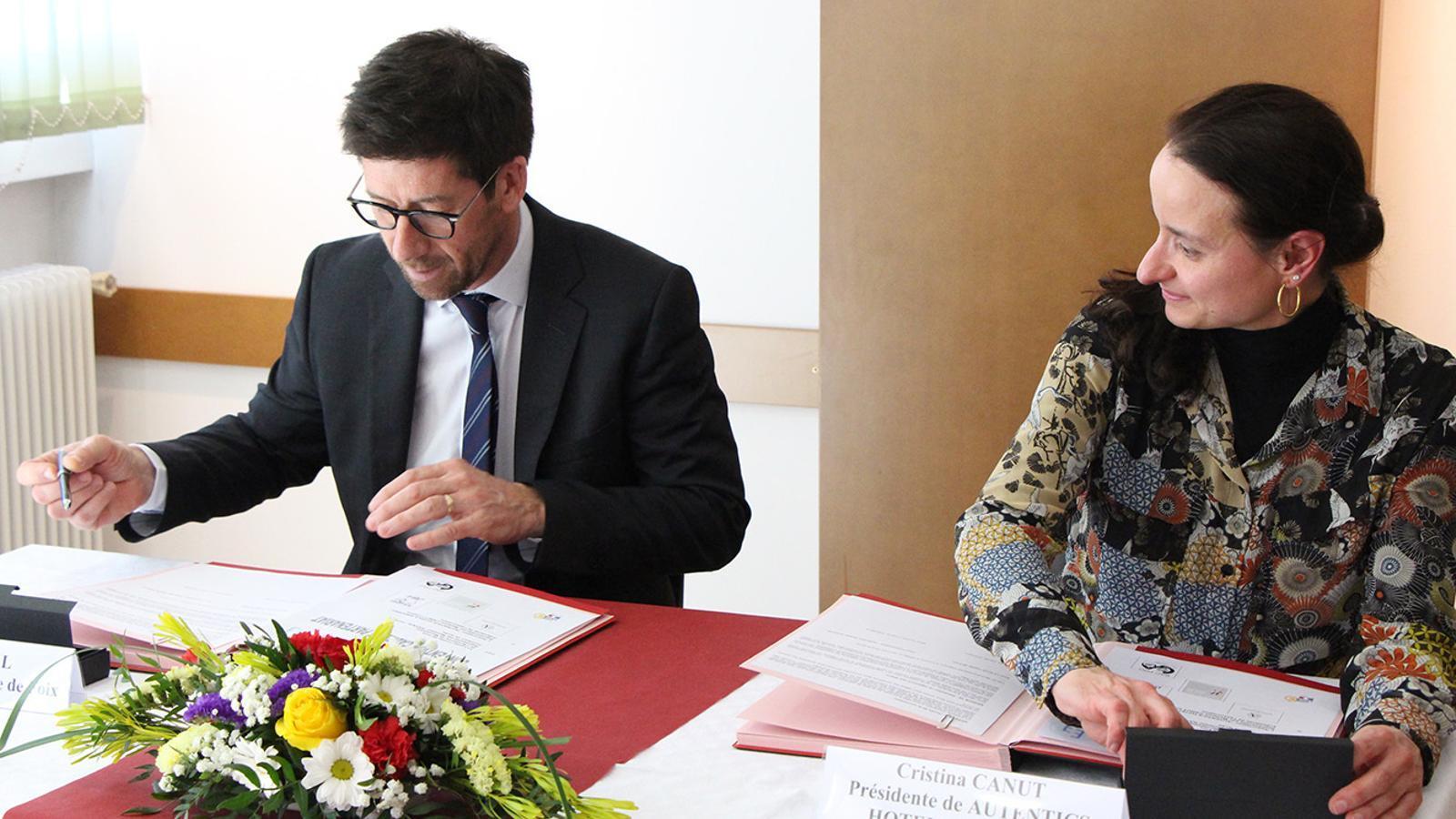 El director del Lycée, Daniel Raynal, i la presidenta d'Autèntics Hotels d'Andorra durant la signatura del conveni de col·laboració aquest dimecres. / B. N.