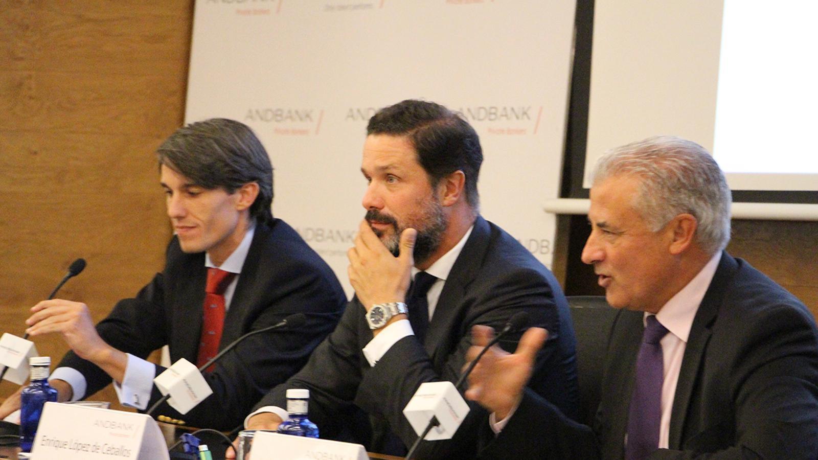 Els experts Fernando López Núñez, Enrique López Ceballos i el directiu d'Andbank Josep Maria Cabanes. / B.N. (ARA)
