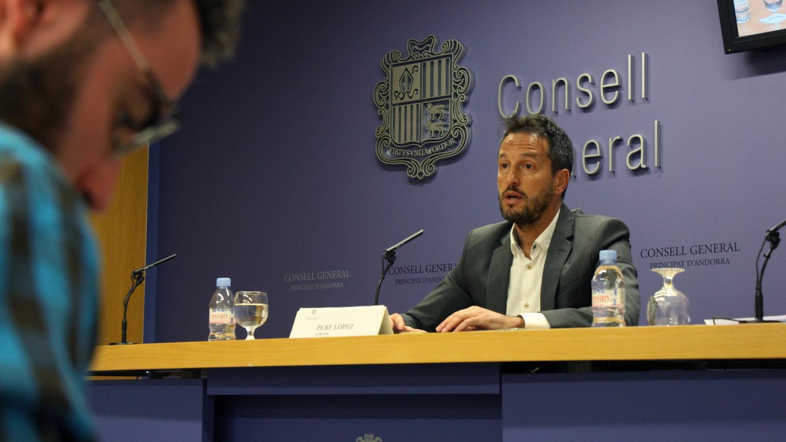 El conseller general del PS, Pere López, durant la roda de premsa. / M. M.