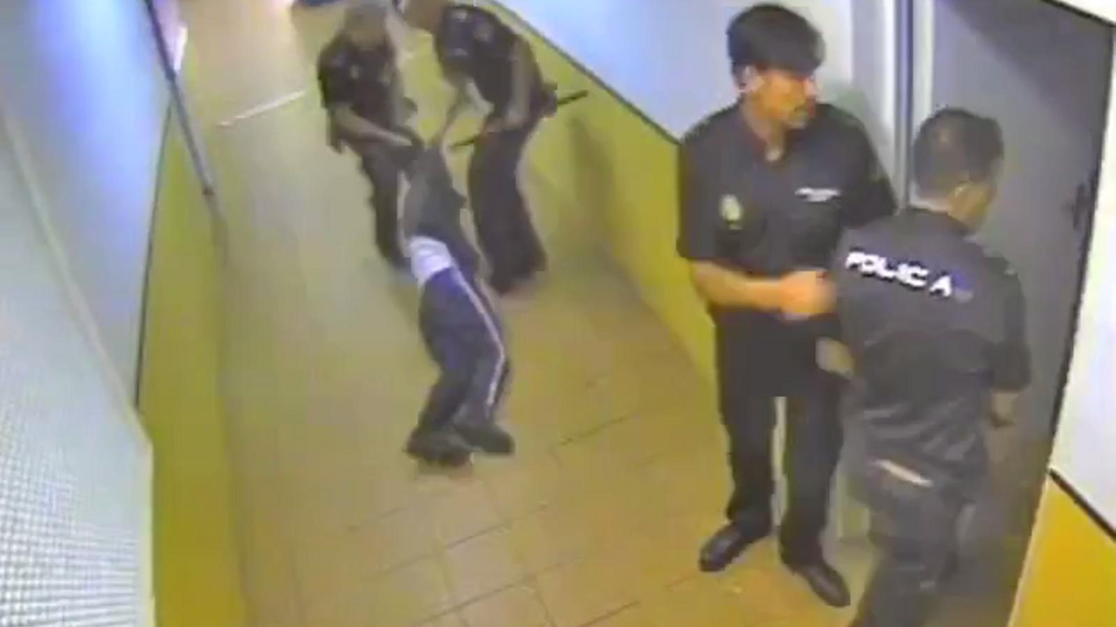 Una càmera va captar un dels moments que els policies van colpejar algunes de les persones del CIE