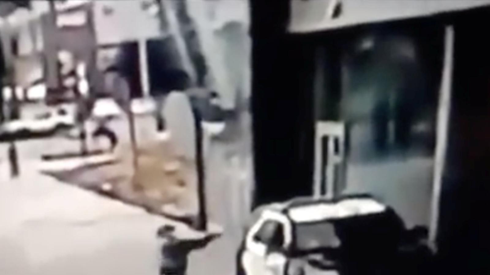 Captura de les imatges de seguretat en el moment que el sospitós dispara contra els dos policies