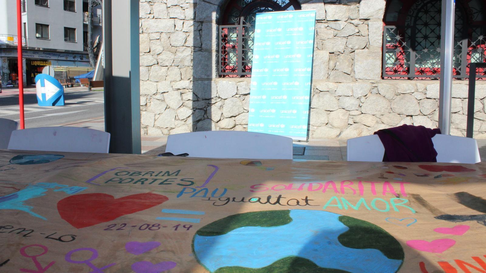 El mural solidari davant del Museu Carmen Thyssen Andorra. /M. C. T. A.