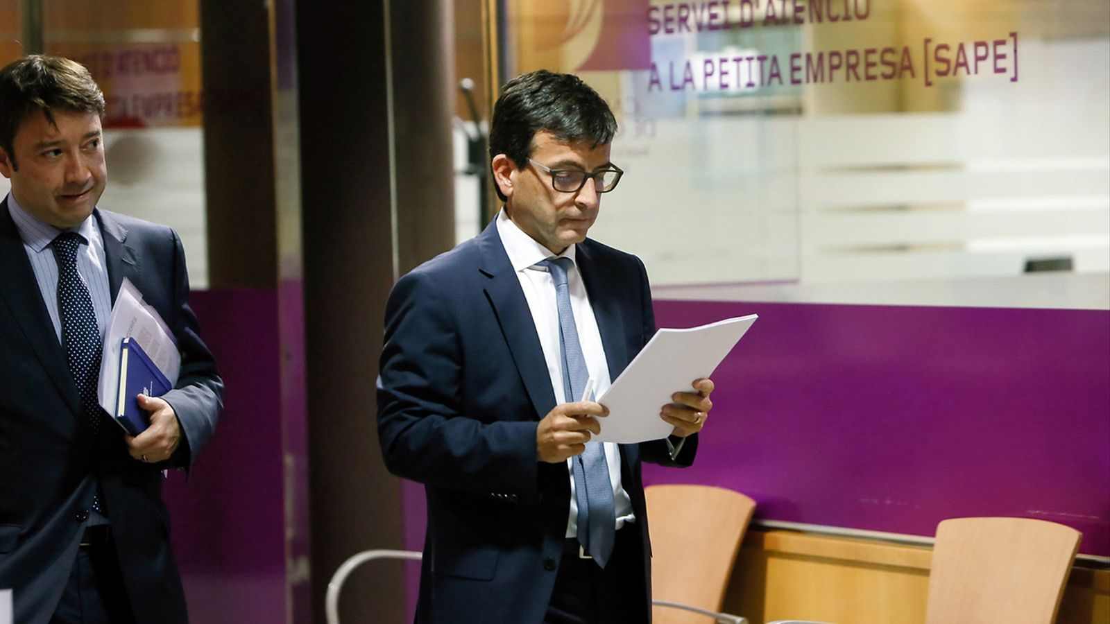 Albert Hinojosa, president de l'Agència Estatal de Resolució d'Entitats Bancàries, l'AREB, i el ministre de Finances, Jordi Cinca. / SFG