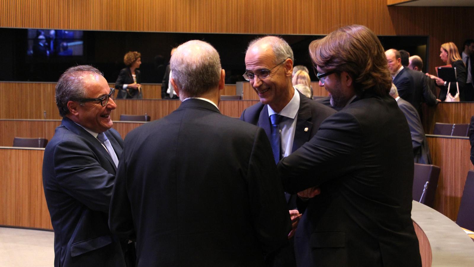 Toni Martí parla amb el grup majoritari del grup mixt abans d'iniciar la segona sessió del debat. / M. M. (ANA)