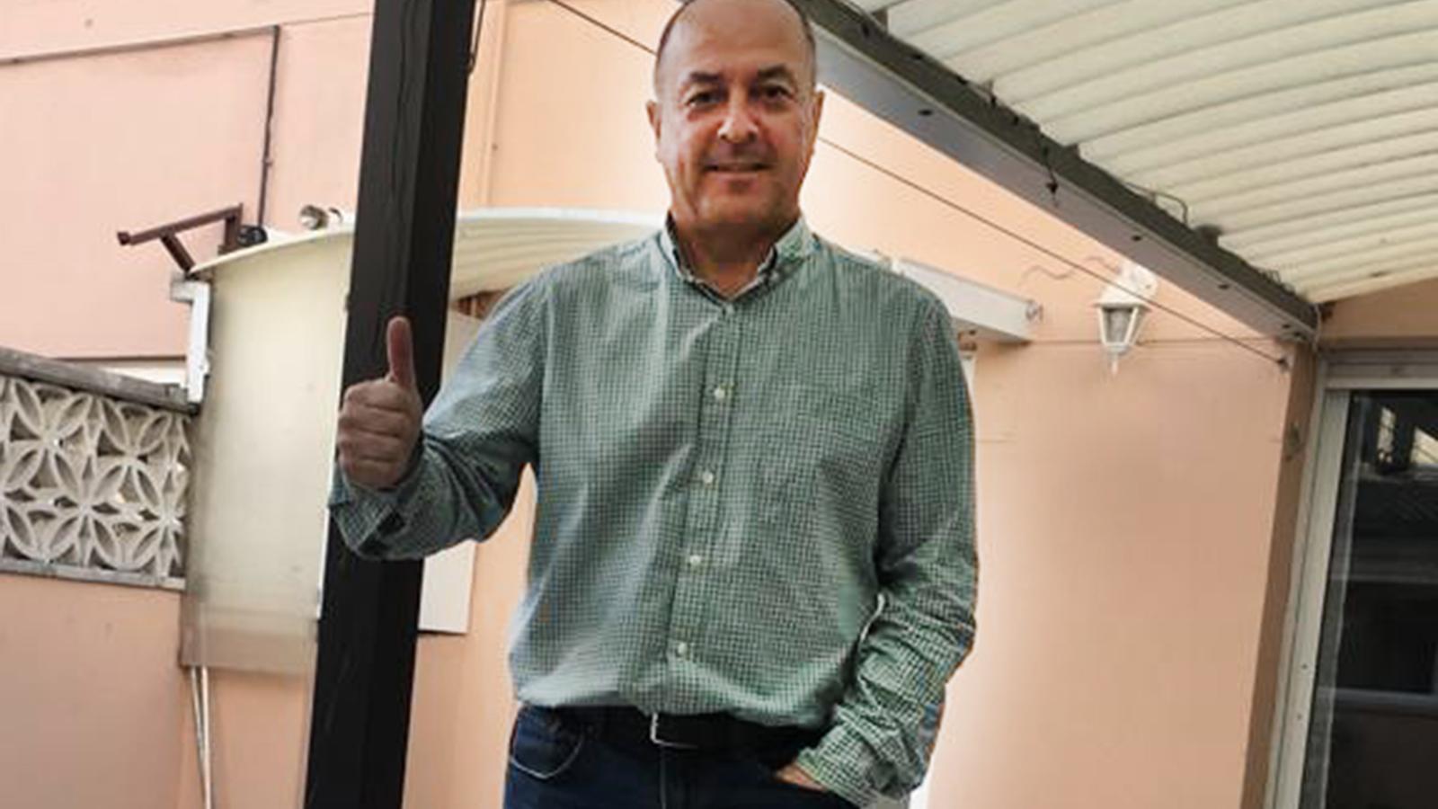 Toni Guirado, que ha superat el coronavirus, al pati de casa seva a Terrassa