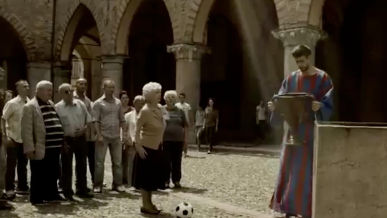 Gerard Piqué fa un miracle en un anunci de la cadena italiana Sky