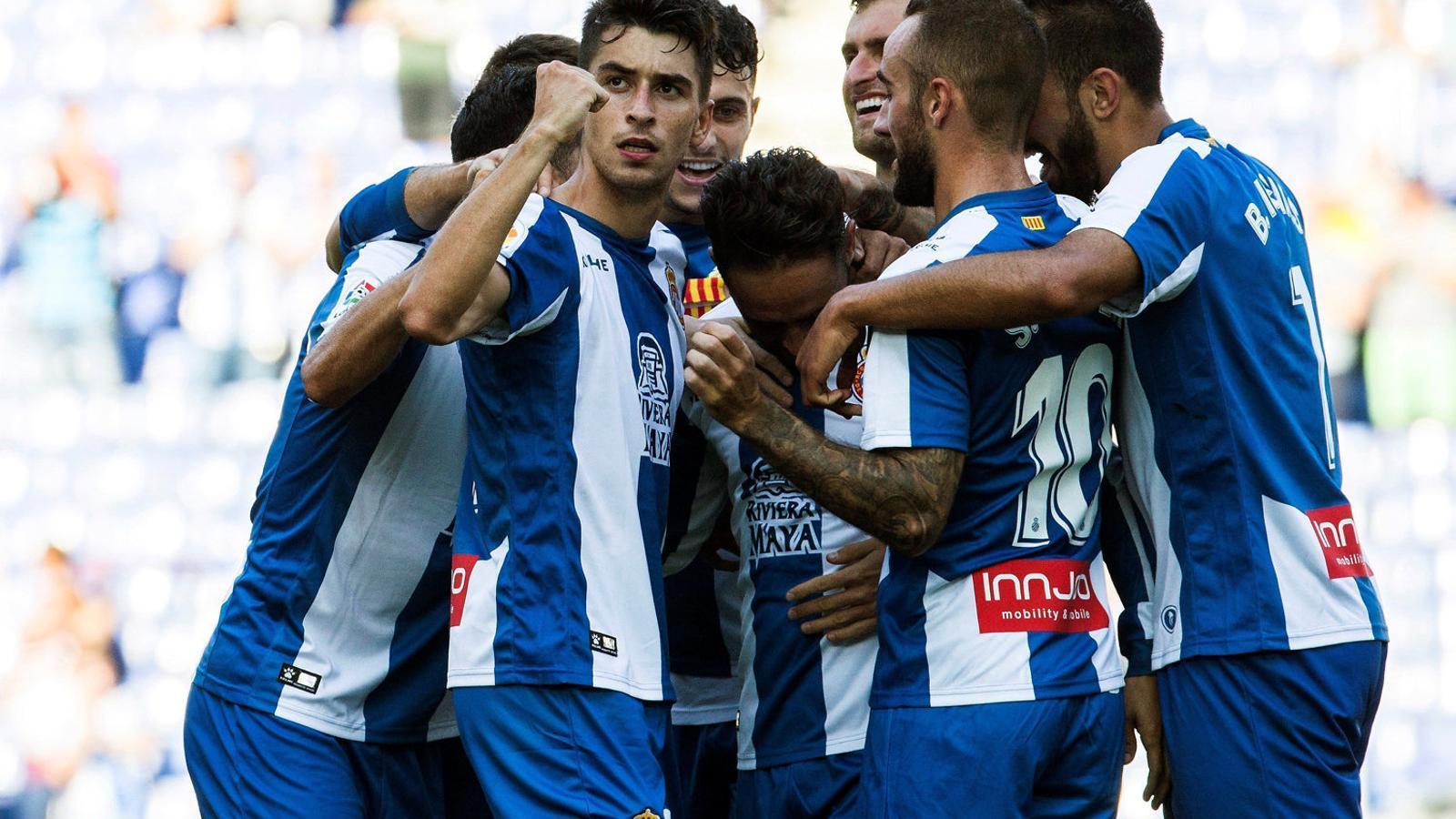 Els jugadors de l'Espanyol celebren amb entusiasme un gol contra el Llevant.