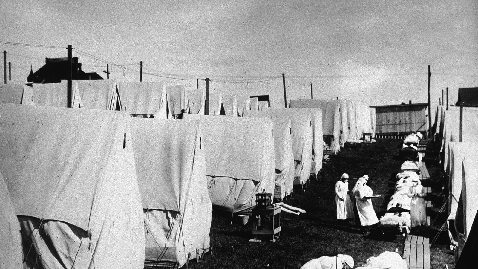 Infermeres atenent malalts de grip espanyola el 1918 a Massachusetts