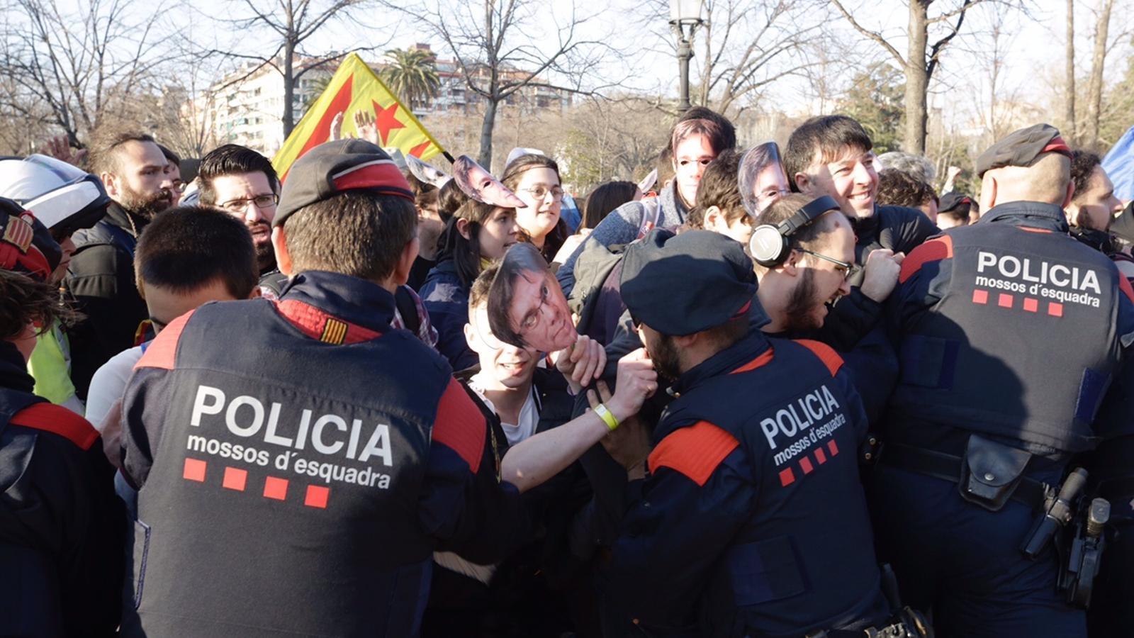 Els manifestants entren al Parc de la Ciutadella