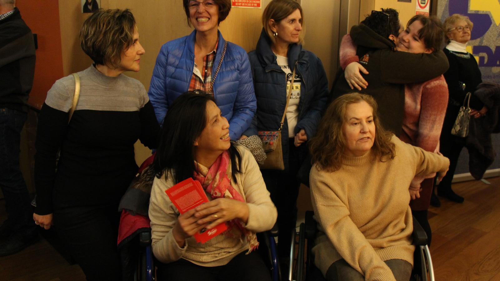 Les sis artistes autores de les obres de l'exposició 'Bingo Art'. / M. R. F.