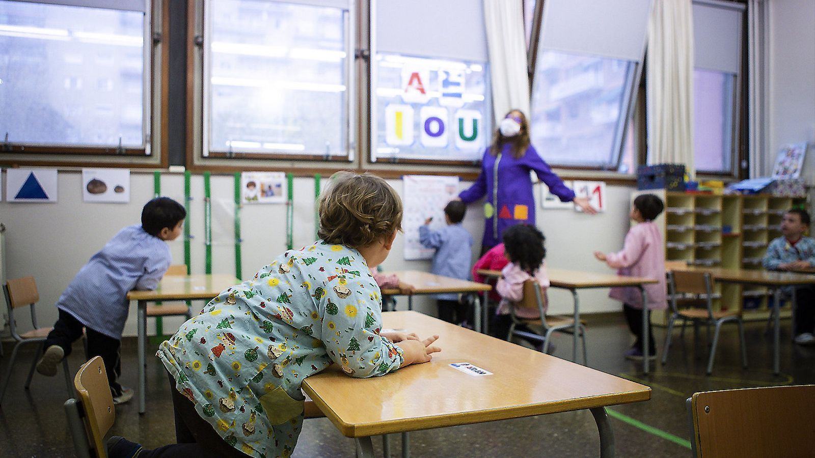 Anorac a l'aula per pal·liar el covid