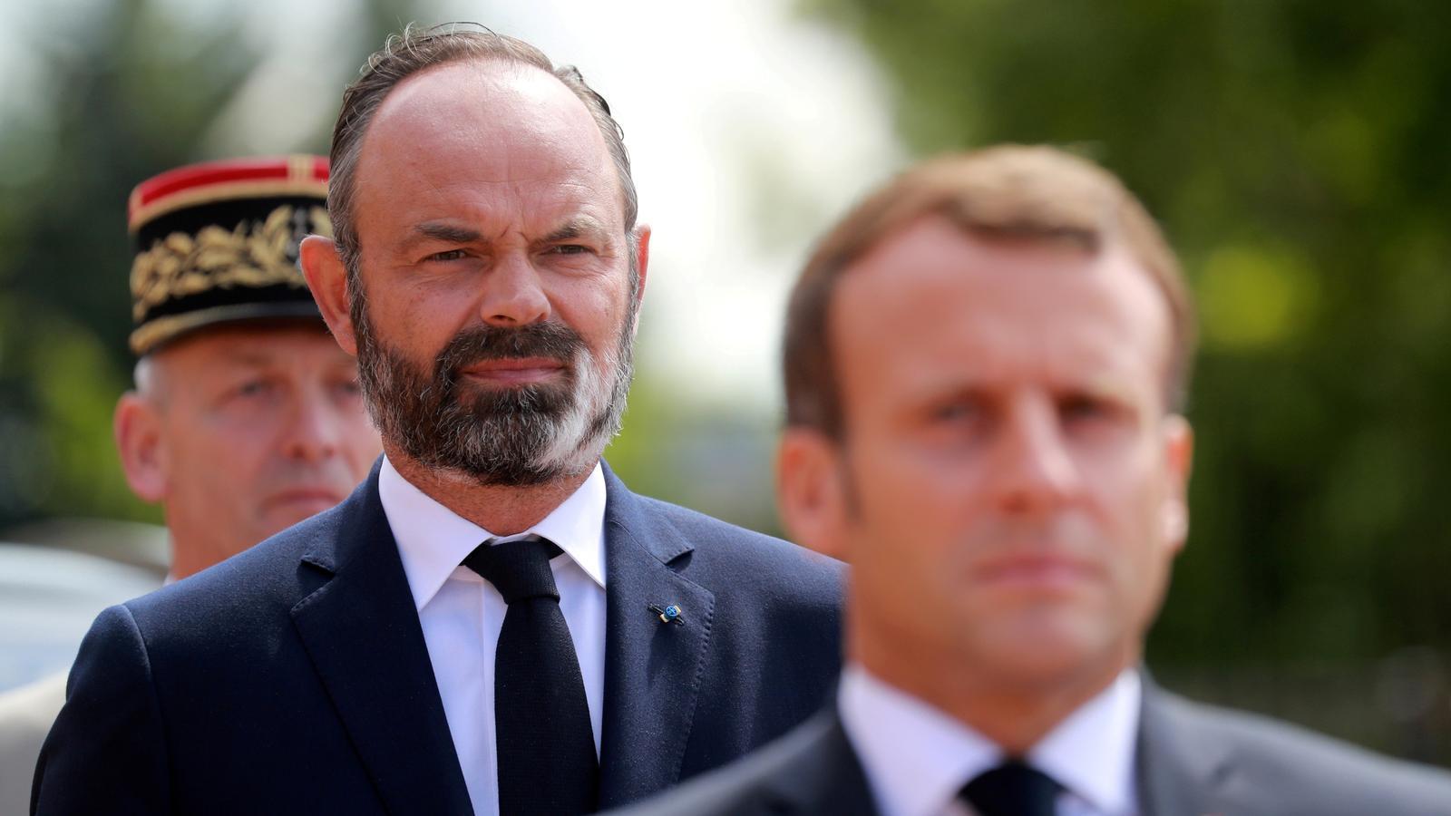 Philippe darrere de Macron en una desfilada oficial