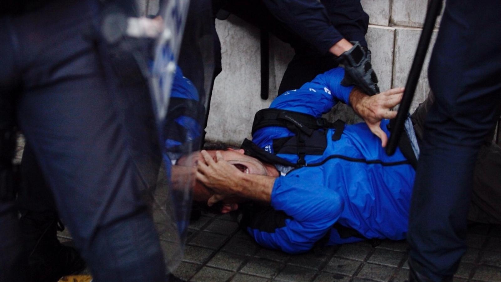 La repressió policial causa 844 ferits, un dels quals lesionat en un ull per una pilota de goma