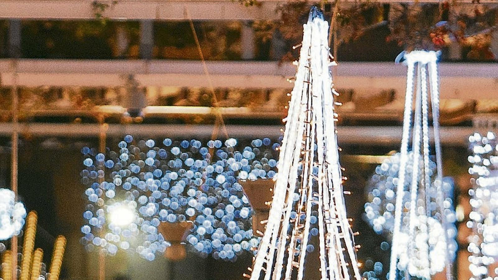 Una parella passeja rient per un dels eixos comercials de Reus durant el Nadal en una imatge d'arxiu.