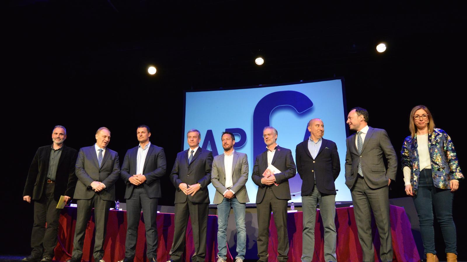 Els set candidats a cap de Govern i els moderadors, Albert Roig i Ester Pons, abans del debat organitzat per l'APCA. / M. F.