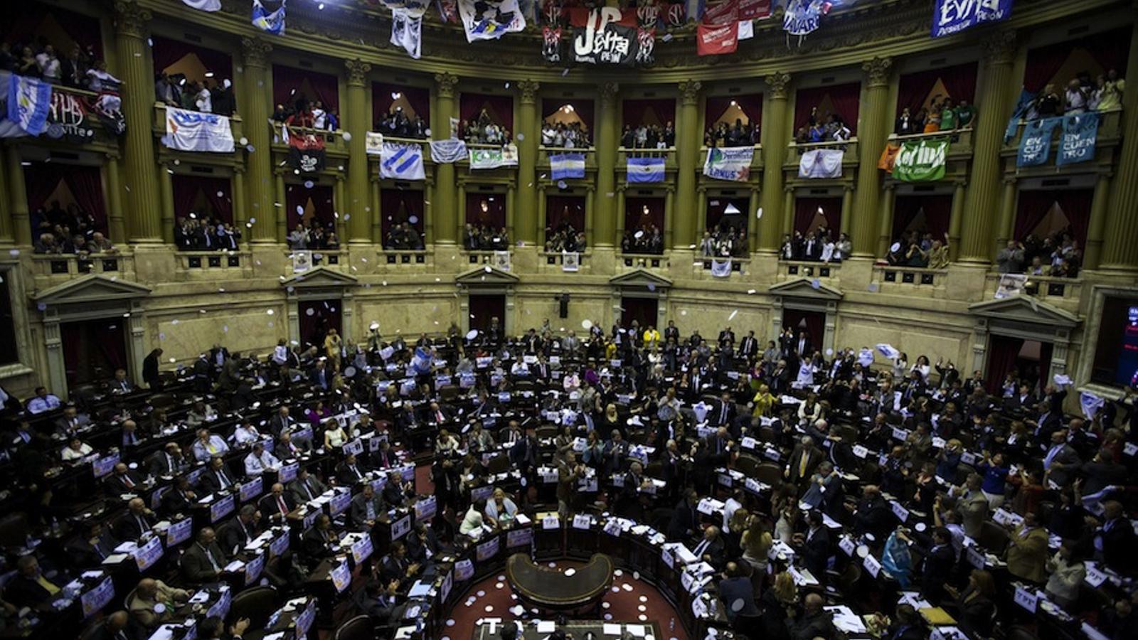 Eufòria desfermada al parlament argentí després d'aprovar l'expropiació d'YPF