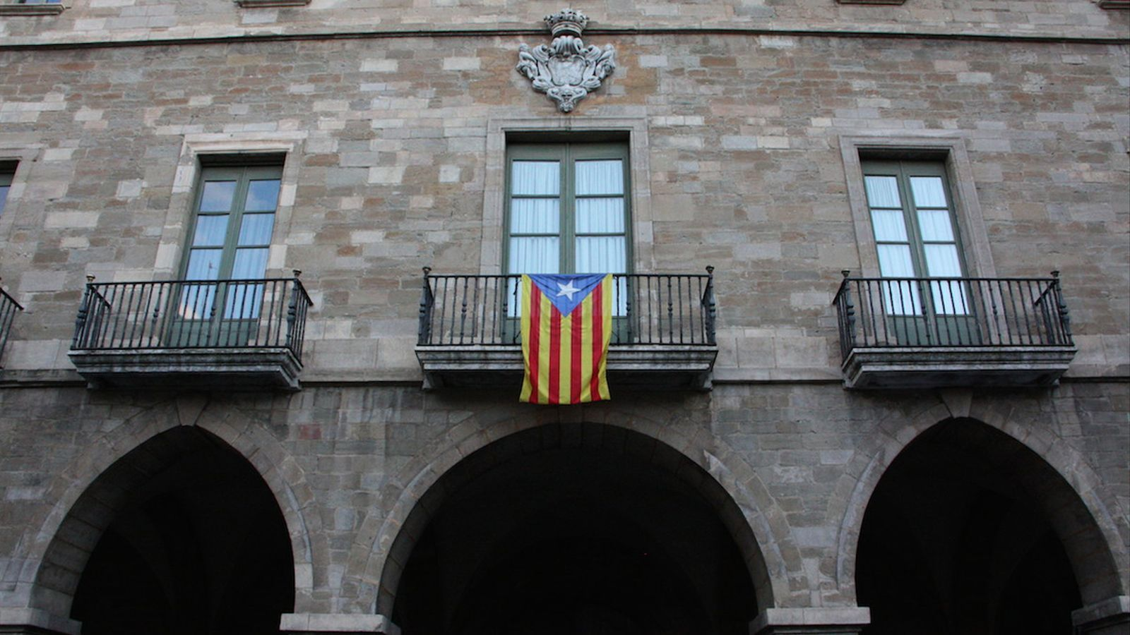 """El Tribunal Suprem prohibeix penjar banderes """"no oficials"""" als edificis públics"""