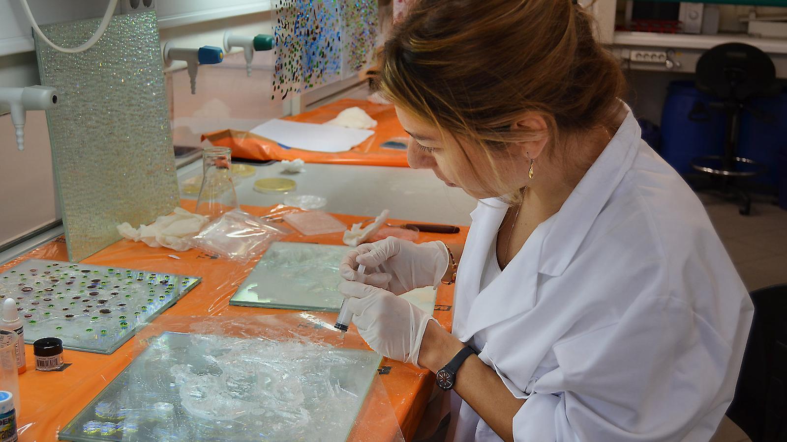 L'artista Ayse Gül Süter treballant en un laboratori de l'IRB.