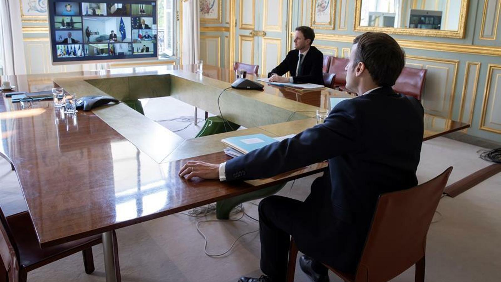 Macron escoltant els líders del Consell d'Europa en una teleconferència des del seu despatx de l'Elisi