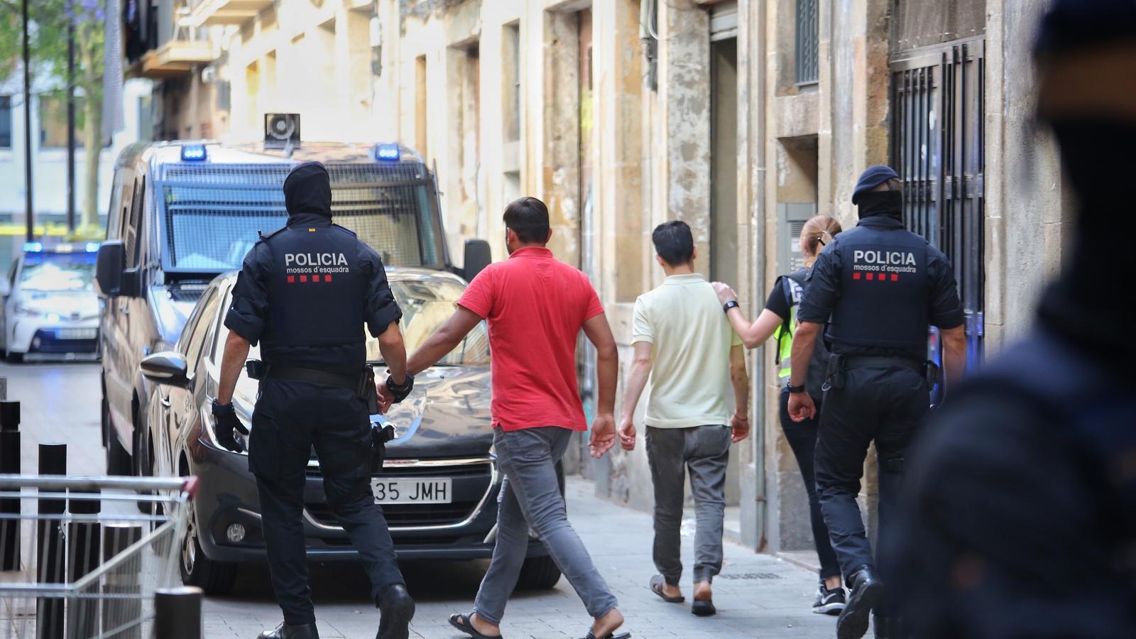 Macrobatuda al Raval: 54 detinguts, 105 identificats i mil agents desplegats contra els llauners de la droga