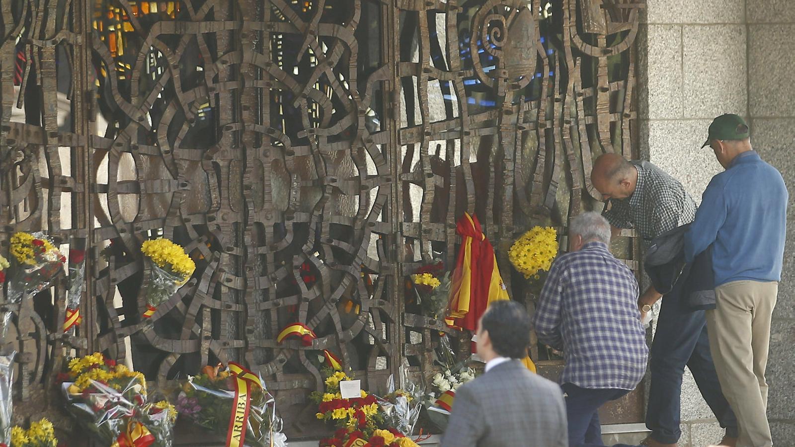 Els primers quaranta rams de flors a la nova tomba de Franco