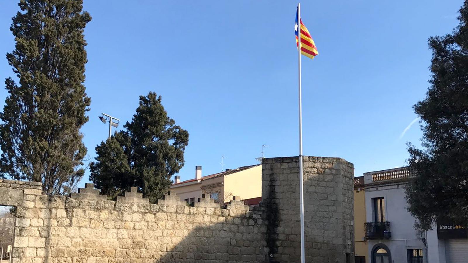 L 39 estelada 39 n mada 39 de sant cugat torna a onejar a la - Placa barcelona sant cugat ...