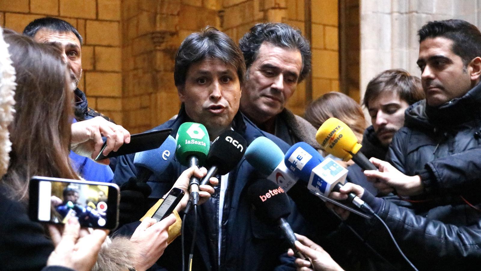 El president de Societat Civil Catalana, José Rosiñol, i el vicepresident, Àlex Ramos, després de la reunió amb l'alcaldessa de Barcelona, Ada Colau, aquest divendres.