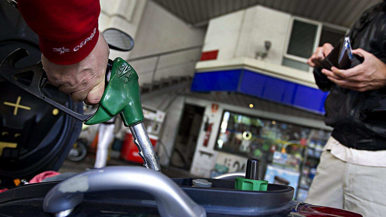 L'abaratiment del petroli no arriba al preu dels carburants