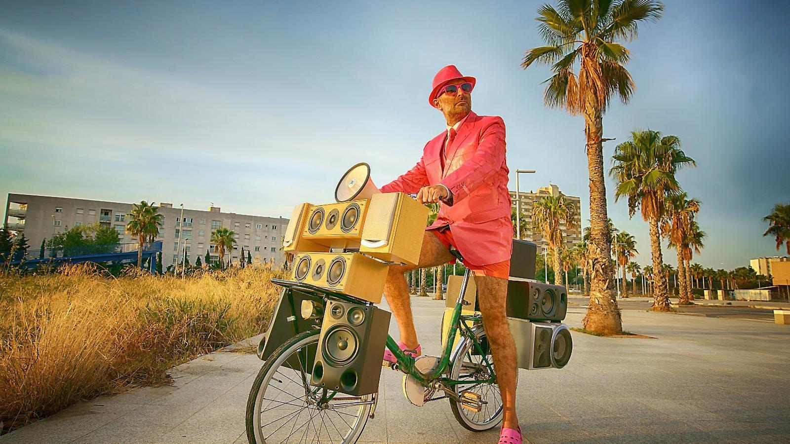 Joan Miquel Oliver amb un sound system sobre rodes.