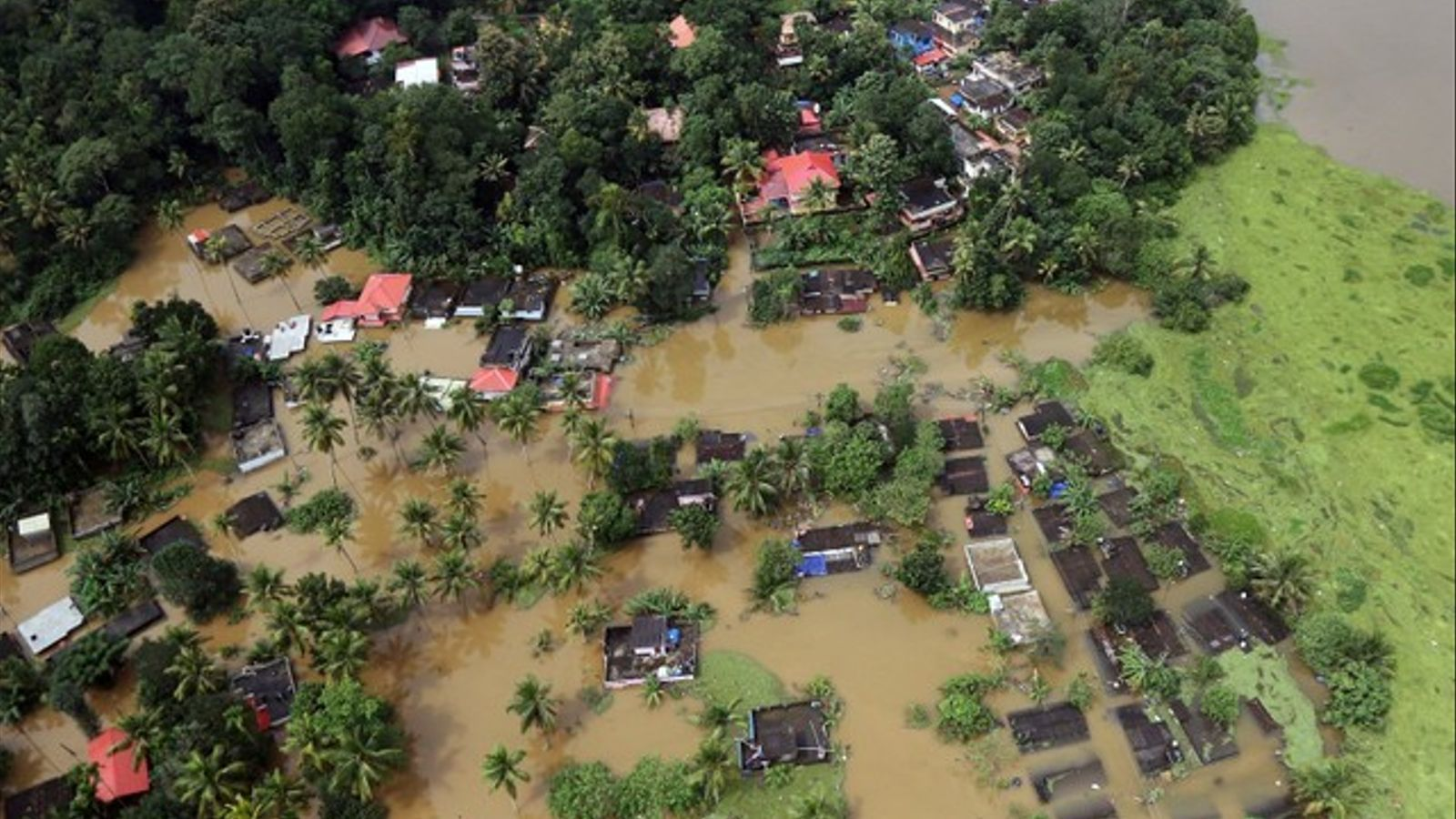 Vista aèria amb cases parcialment submergides a l'estat de Kerala