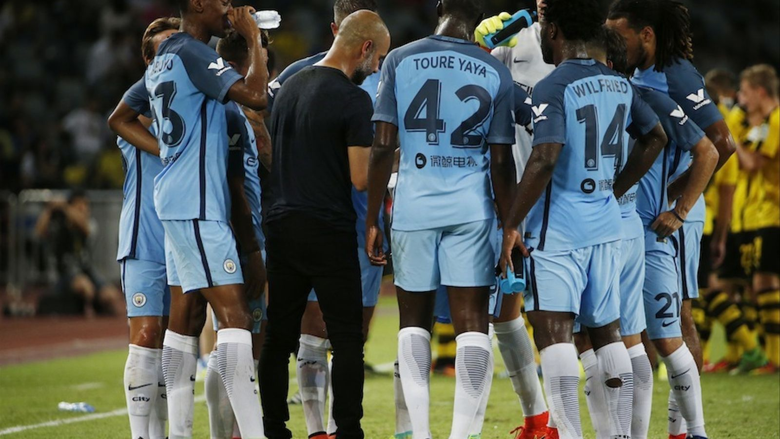 Pep Guardiola dona ordres als seus homes