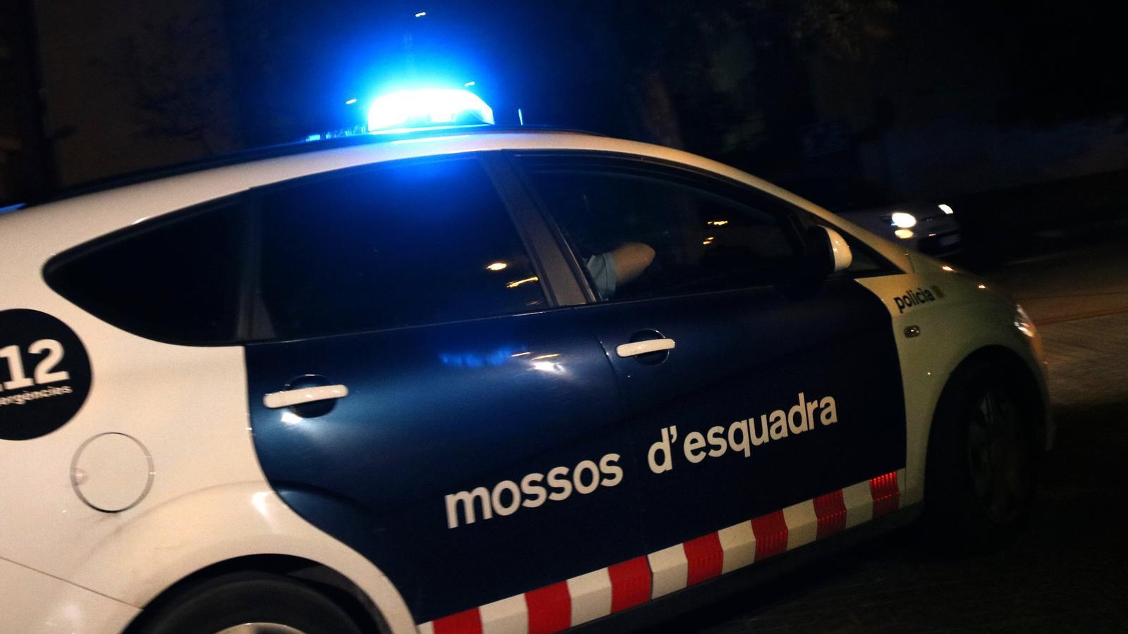 Un cotxe dels Mossos d'Esquadra, enduent-se ahir un dels dos detinguts pel crim del pantà de Foix del jutjat d'instrucció número 8 de Vilanova i la Geltrú