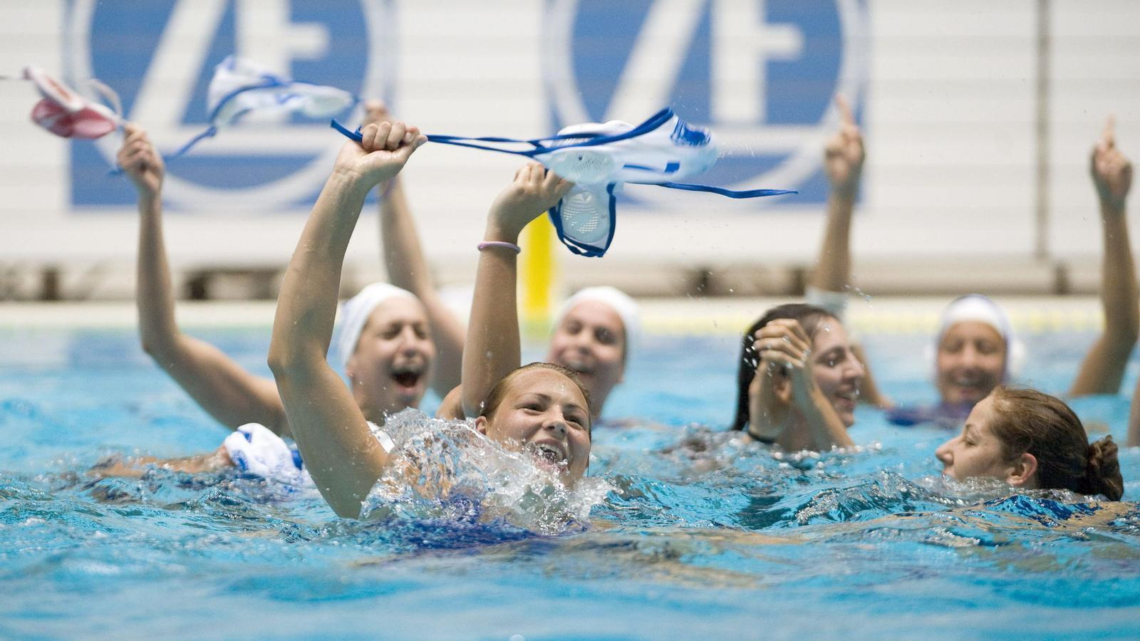 Les jugadores del CN Sabadell Astralpool celebren a la piscina el títol europeu que van aconseguir després de superar el Kirishi rus a la final.
