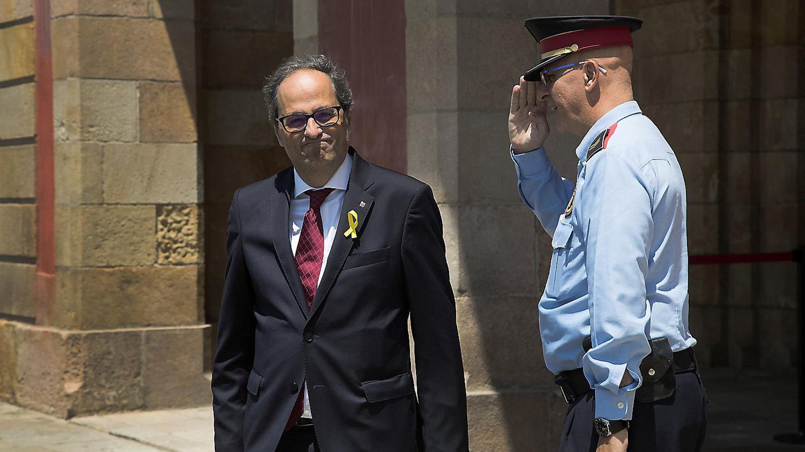 El president de la Generalitat de Catalunya, Quim Torra, ahir al migdia sortint del Parlament després d'assistir a una reunió del grup parlamentari de Junts per Catalunya.