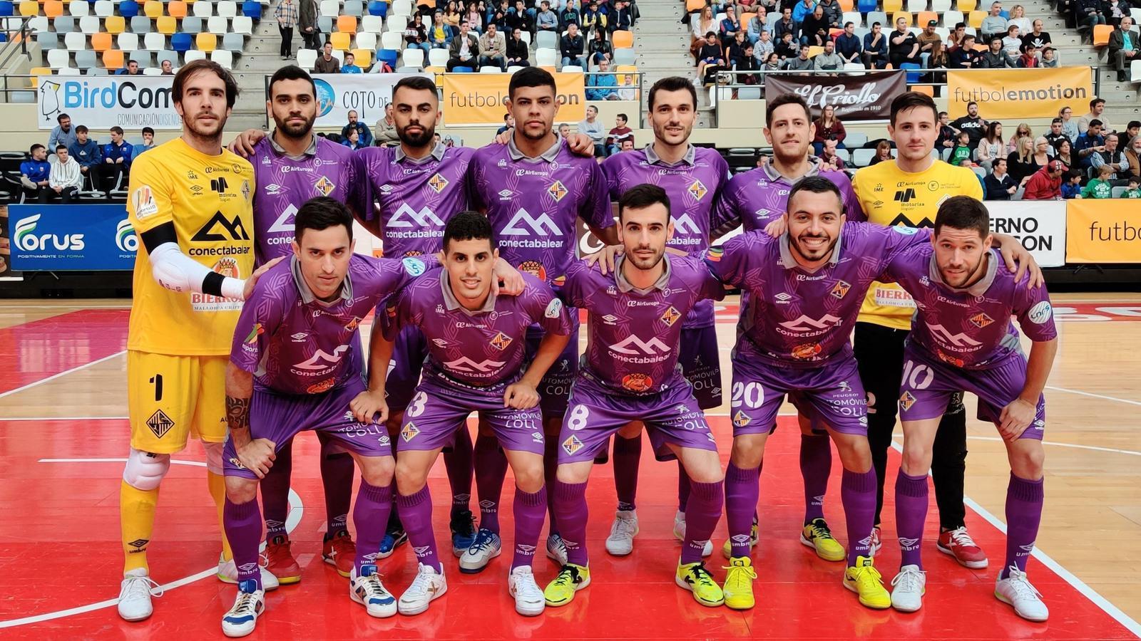 Els jugadors del Palma Futsal, abans de començar el partit a Saragossa.
