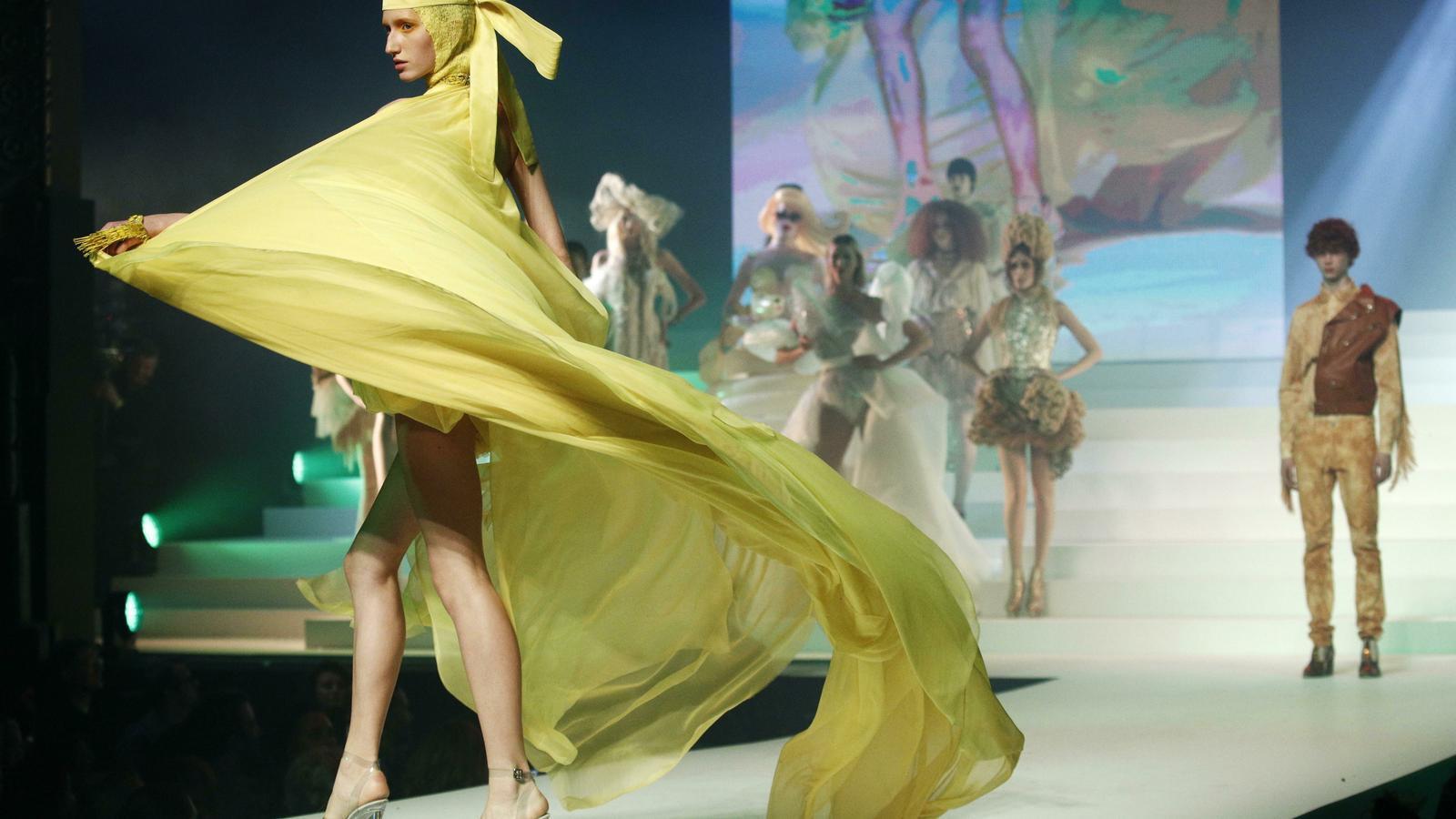 Una model amb un vestit groc durant la desfilada d'ahir