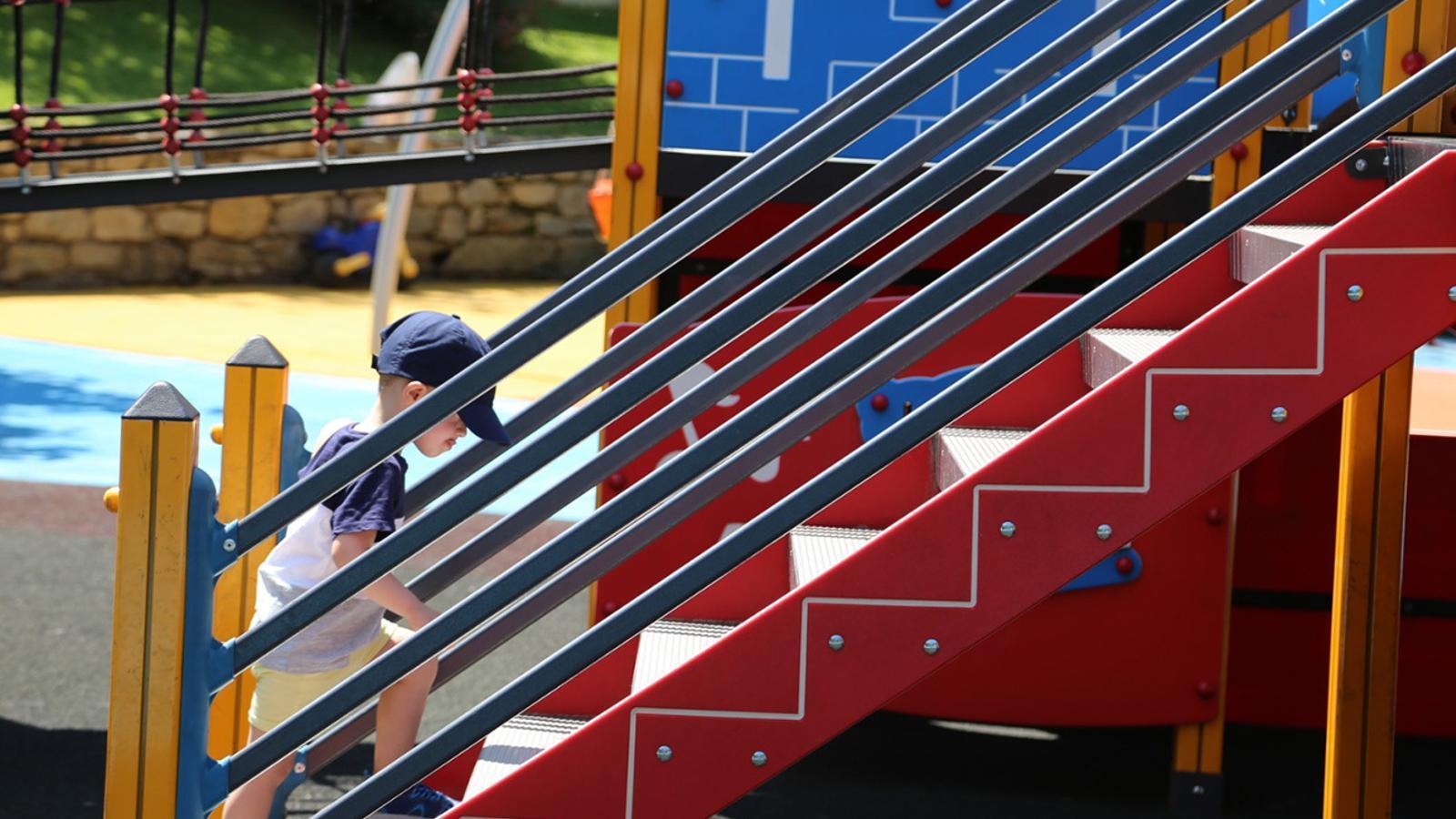 Un infant en un parc infantil lauredià. / COMÚ DE SANT JULIÀ