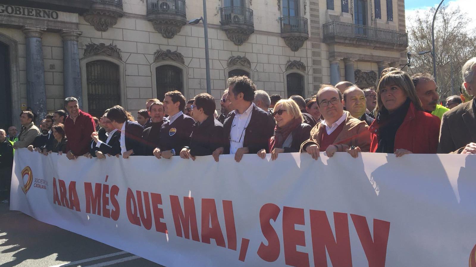 El líder del PP Català, Xavier García Albiol; el de Ciutadans, Albert Rivera; i el primer secretari del PSC, Miquel Iceta, a la capçalera de la manifestació.