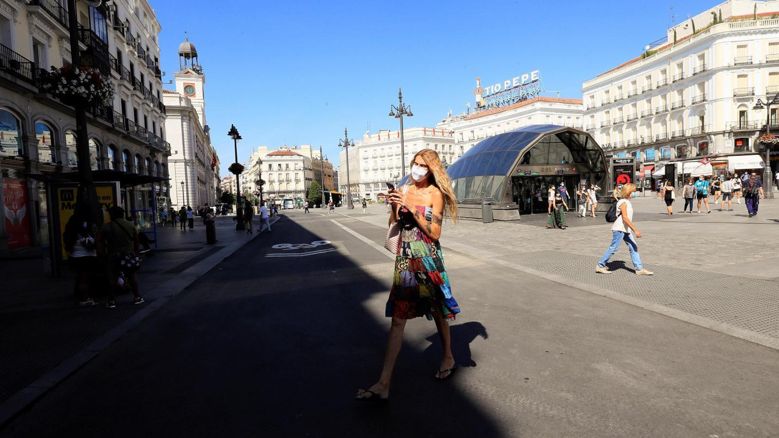 Ciutadans circulant ahir per la Puerta del Sol a Madrid, que ja és només per a vianants.