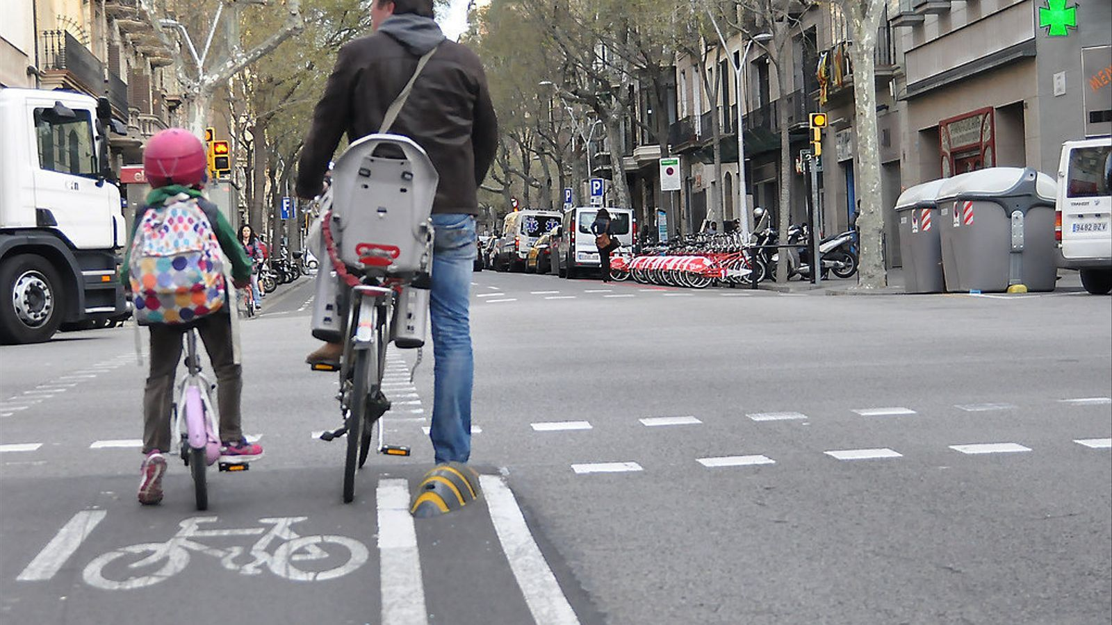 """La xarxa de carrils bici de Barcelona creix  i esdevé més segura  Jordi Galí és arquitecte, cofundador de Vanapedal, empresa dedicada a les bicicletes  de càrrega. És especialista en arquitectura i urbanisme ciclista i mobilitat en bicicleta,  i impulsor de diferents iniciatives relacionades amb la cultura ciclista """"A Barcelona s'està donant un fort impuls a la connexió de la xarxa ciclable  i a l'amplada dels carrils bici"""""""