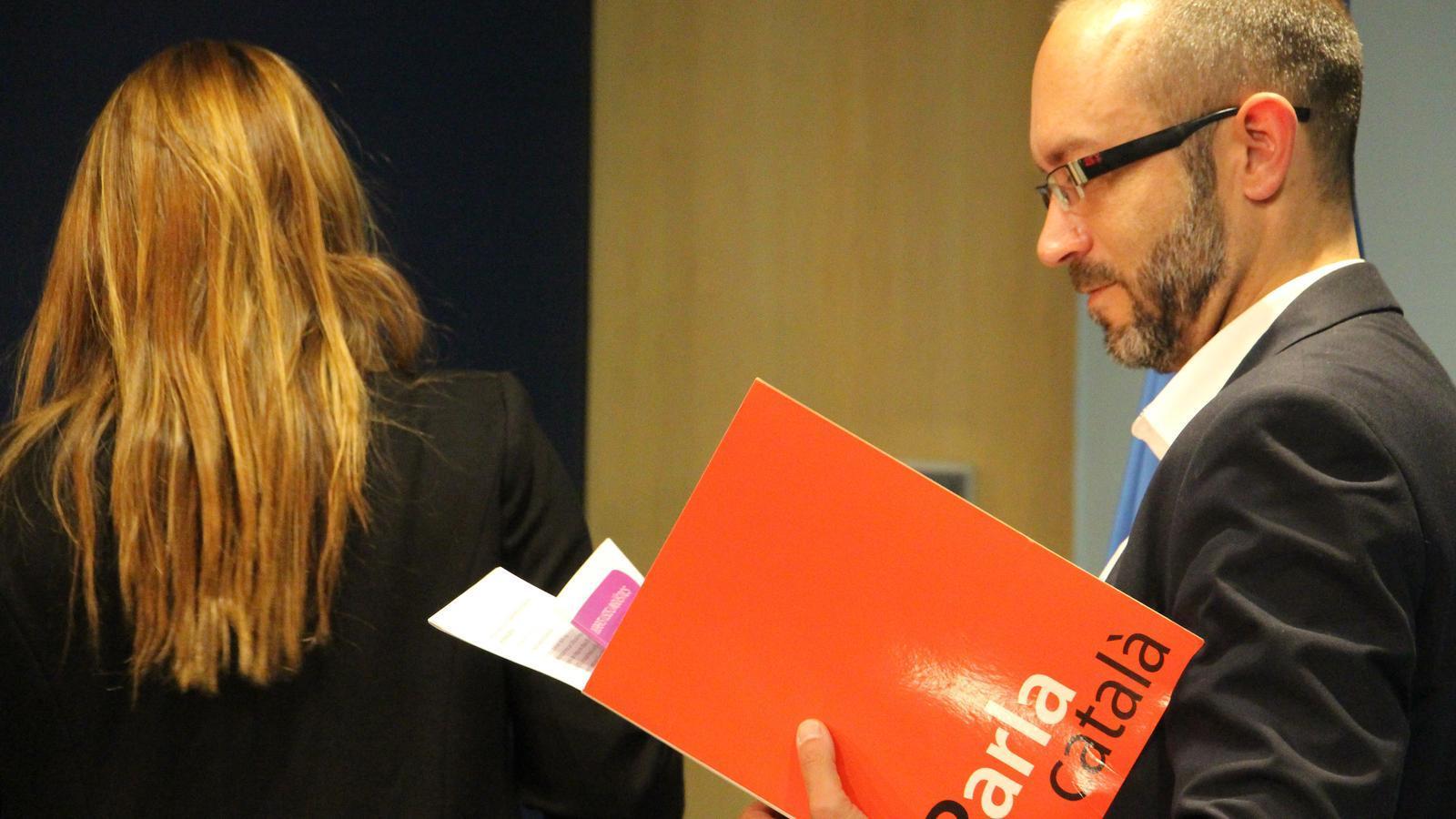 La ministra Gelabert, d'esquena a la imatge, i el cap del Servei de Política Lingüística Joan Sans