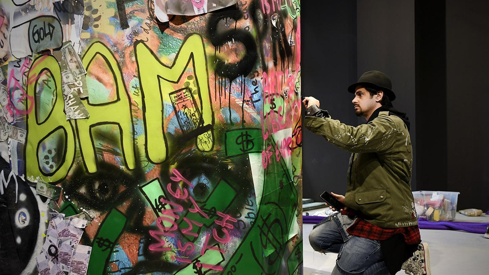 L'artista Philippe Shangti enllestint la seva obra a Venècia. / SFG
