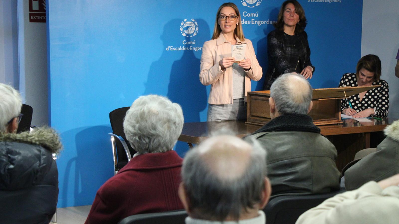 La consellera de Gent Gran del comú d'Escaldes-Engordany, Sandra Tomàs, dirigint-se als padrins i padrines que han assistit al sorteig, en el moment de llegir un dels noms afortunats. / L. M. (ANA)