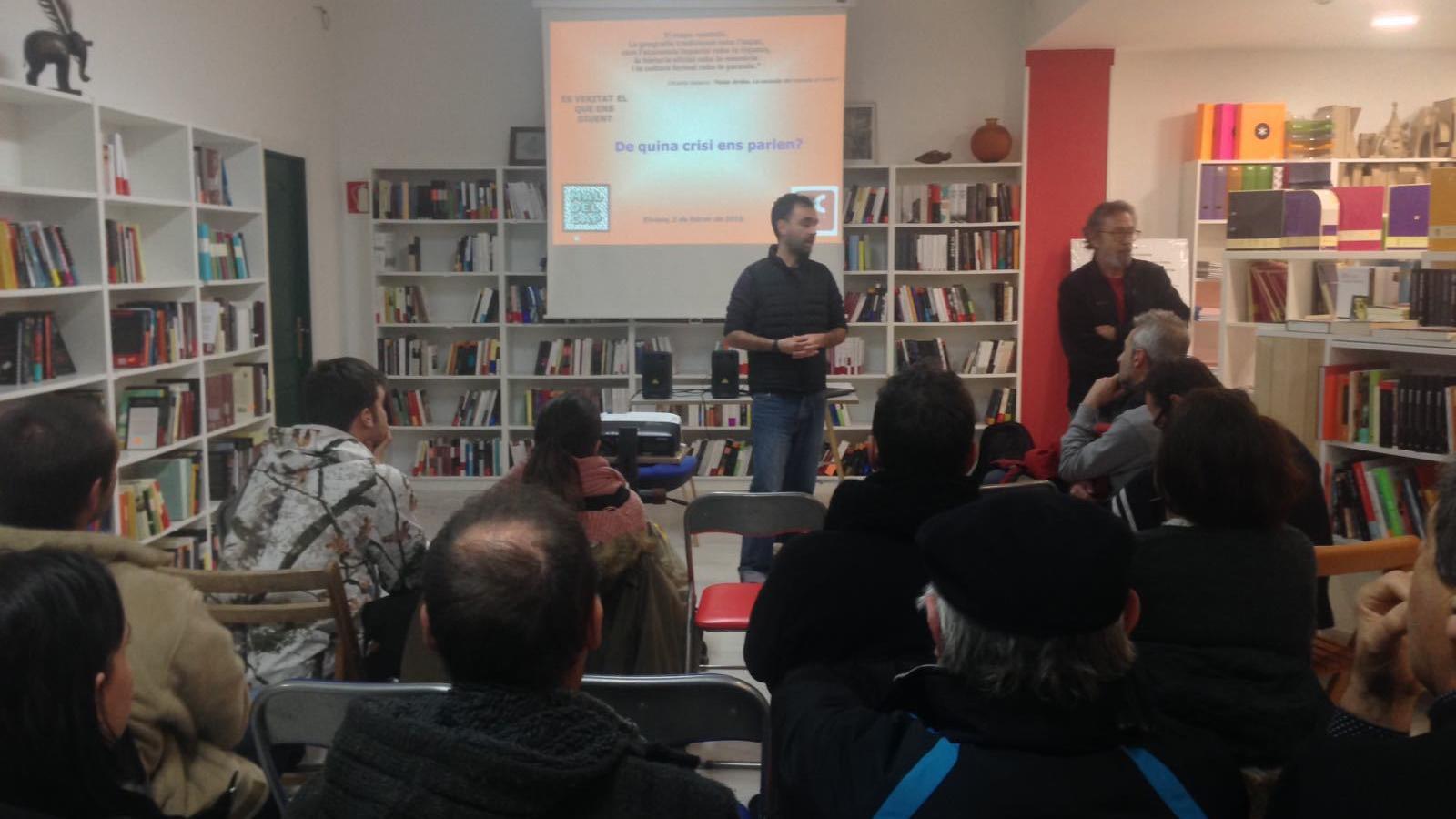 La xerrada s'ha desenvolupat a la llibreria Sa Cultural d'Eivissa. / ASSOCIACIÓ MAL DE CAP