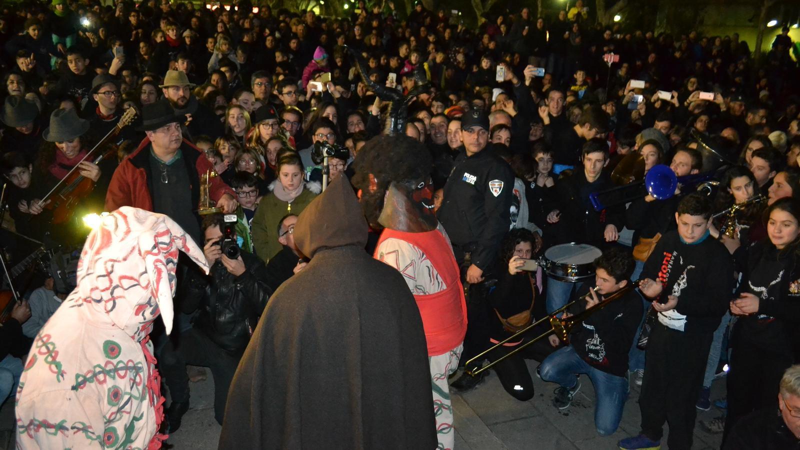 Sant Antoni i els dimonis foren encerclats per una multitud que  s'entusiasmà amb les seves danses.