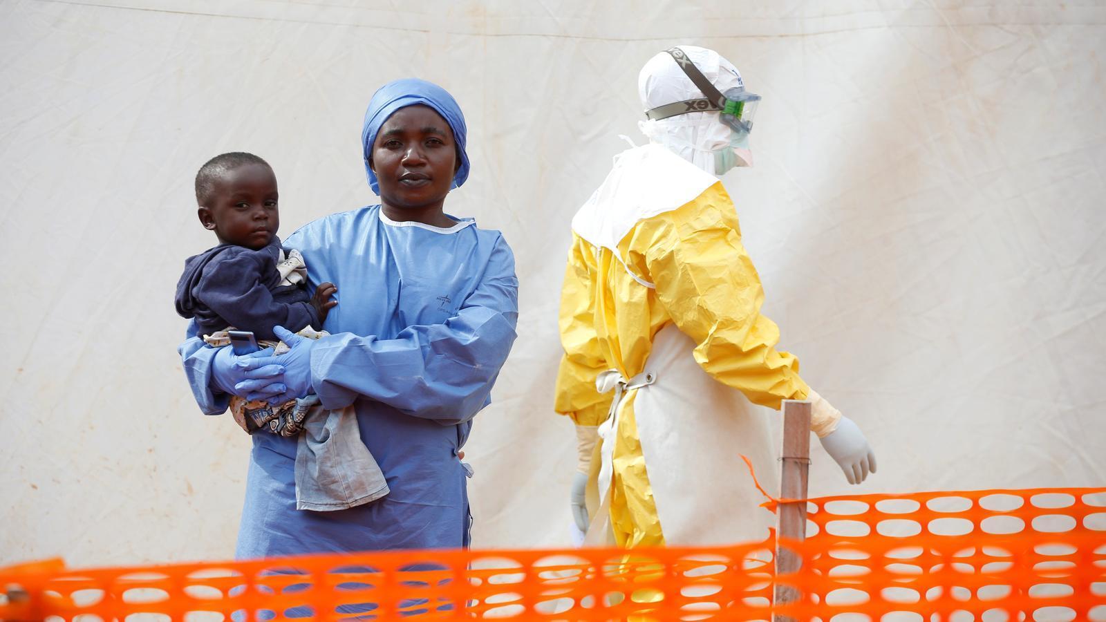 Mwamini Kamindo, una supervivent de l'Ebola, atenent  un nen malalt com a sanitària en un centre de Butembo, en una imatge d'arxiu