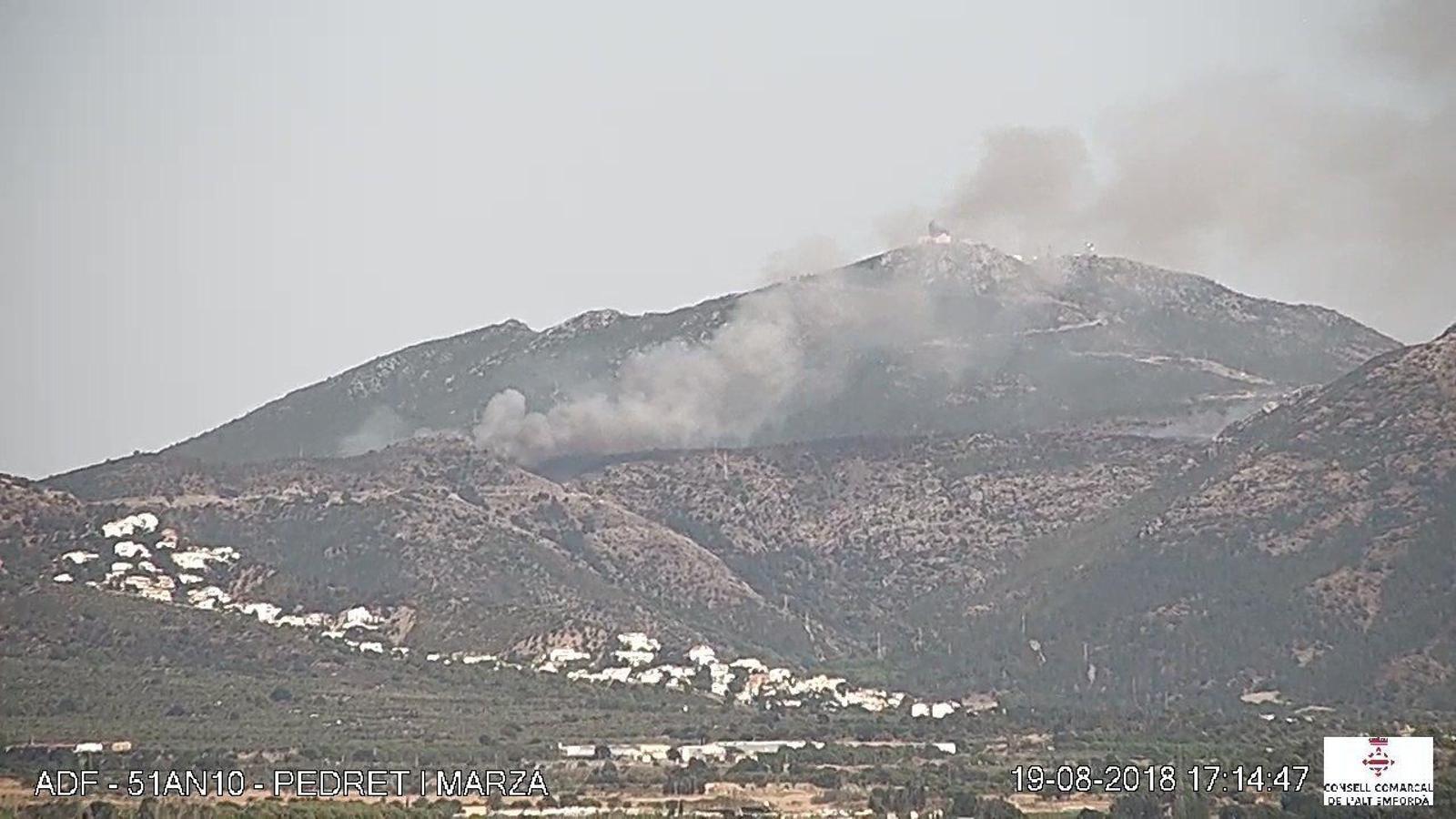 Un incendi forestal a Roses obliga a tallar la carretera GI-614