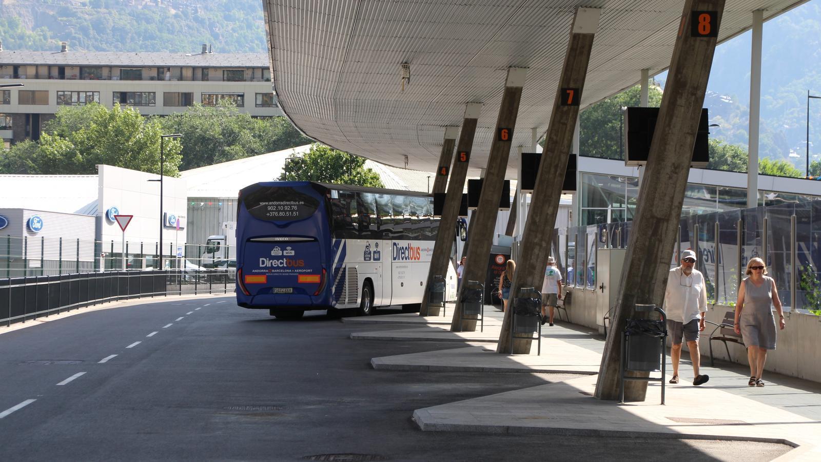 Un vehicle estacionat a l'Estació Nacional d'Autobusos. / T. N.